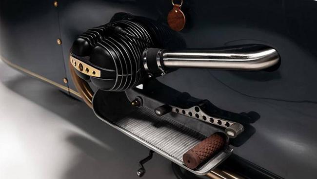 Bên dưới tấm ốp nhôm dài là động cơ boxer xi-lanh đôi của BMW. Khung xe vẫn còn nguyên bản