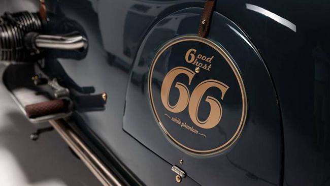 Được biết, bộ vỏ mới của R100 RS Good Ghost chỉ nặng 21 kg, có lẫy chuyển số và cần phanh chân được chế tạo thủ công