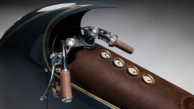 Xe được trang bị ghế da kéo dài đến tận các tay lái và tích hợp các đồng hồ đo cổ điển