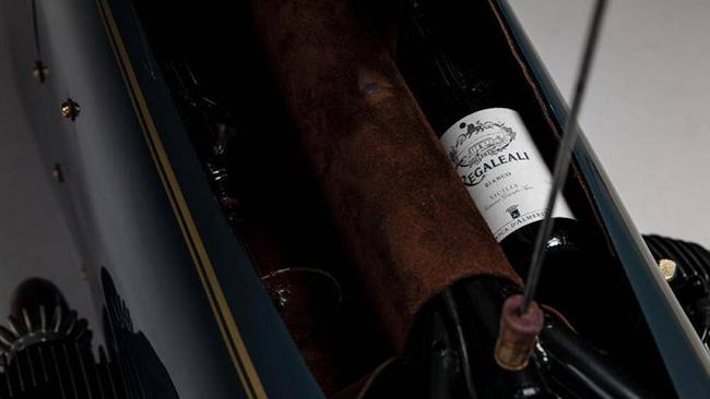 Nhấc yên xe lên, bạn sẽ thấy ngay một ngăn chứa được một chai rượu và một chiếc ly, vít mở nút chai tiện lợi